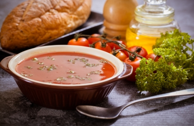 Rajčata vařte, jahody nekrájejte. Jak u potravin nepřijít o vitaminy?