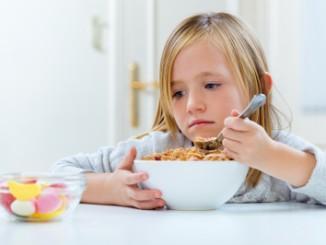 Jak zabránit obezitě u dětí? Důležitá je snídaně a svačiny